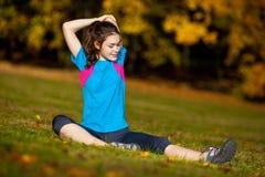 Nastoletniej dziewczyny ćwiczyć plenerowy Obrazy Royalty Free