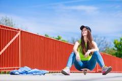 Nastoletniej dziewczyny łyżwiarki jazdy deskorolka na ulicie Fotografia Royalty Free