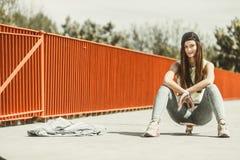 Nastoletniej dziewczyny łyżwiarki jazdy deskorolka na ulicie Obraz Stock