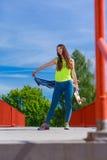 Nastoletniej dziewczyny łyżwiarki jazdy deskorolka na ulicie Obrazy Royalty Free