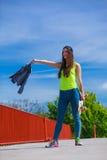 Nastoletniej dziewczyny łyżwiarki jazdy deskorolka na ulicie Zdjęcie Royalty Free
