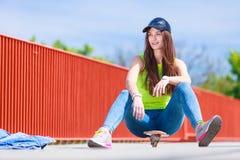 Nastoletniej dziewczyny łyżwiarki jazdy deskorolka na ulicie Zdjęcia Stock
