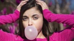 Nastoletniej dziewczyny bubblegum podmuchowy bąbel zdjęcie stock