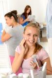 Nastoletniej dziewczyny cleaning twarz z bawełnianym ochraniaczem Zdjęcia Royalty Free