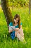 Nastoletniej dziewczyny czytania list w naturze Fotografia Stock