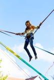 Nastoletniej dziewczyny doskakiwanie z bungie Zdjęcie Royalty Free