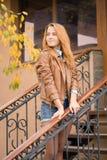 Nastoletniej dziewczyny jesieni dnia portret zdjęcie stock