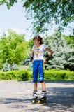 Nastoletniej dziewczyny kładzenie na jej łyżwiarskiej przekładni Zdjęcia Stock