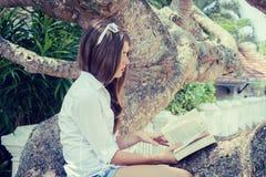 Nastoletniej dziewczyny listerning muzyka zdjęcia royalty free