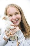 Nastoletniej dziewczyny mienia kurczak Fotografia Royalty Free