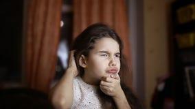 Nastoletniej dziewczyny myśląca edukacja w pokoju w wieczór zdjęcie wideo