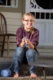 Nastoletniej dziewczyny obsiadanie na zewnątrz dziania Fotografia Stock