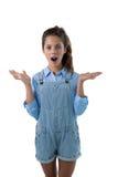 Nastoletniej dziewczyny pozycja przeciw białemu tłu Fotografia Stock