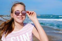 Nastoletniej dziewczyny selfie u?miechni?ty wakacje blisko morza obraz stock