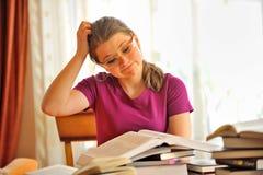 Nastoletniej dziewczyny studiowanie Zdjęcie Royalty Free