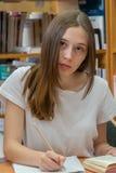 Nastoletniej dziewczyny studiowanie w bibliotece obraz stock