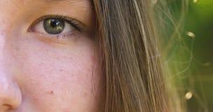 Nastoletniej dziewczyny twarzy plenerowy zakończenie w górę materiału filmowego obraz royalty free