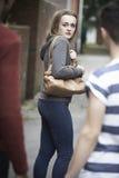 Nastoletniej Dziewczyny uczucie Onieśmielający Gdy Chodzi Do domu Obraz Royalty Free