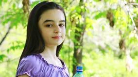 Nastoletniej dziewczyny woda pitna zbiory wideo