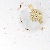 Nastri bianchi del contenitore e dell'oro di regalo con i coriandoli su testo di seta leggero Fotografia Stock Libera da Diritti