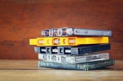 Nastri a cassetta della pila sopra la tavola di legno retro filtro Immagini Stock