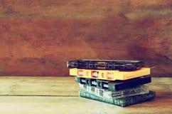 Nastri a cassetta della pila sopra la tavola di legno retro filtro Fotografia Stock Libera da Diritti