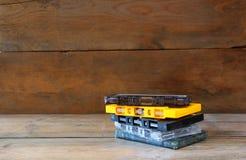 Nastri a cassetta della pila sopra la tavola di legno retro filtro Immagine Stock Libera da Diritti