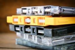 Nastri a cassetta della pila sopra la tavola di legno retro filtro Fotografia Stock