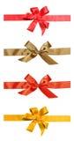 Nastri di colore rosso e di colore dell'oro del regalo e dell'arco Immagine Stock