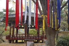 Nastri di preghiera nel colore di autunno al villaggio piega tradizionale di Namsangol, Seoul, il Sud Corea novembre 2013 Fotografia Stock Libera da Diritti