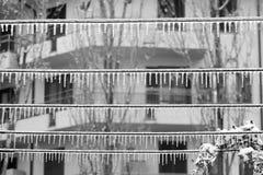 Nastri metallici coperti di acqua ghiacciata per il gelicidio nell'inverno Fotografie Stock Libere da Diritti