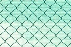 Nastri metallici di griglia su fondo di nylon verde vago Fotografia Stock Libera da Diritti