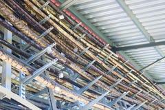Nastri metallici in un mazzo I tubi tecnologici su metallo sta con le etichette della latta Sulla produzione chimica delle strutt fotografia stock libera da diritti