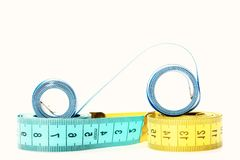 Nastri per la vita di misurazione con gli indicatori nella forma di centimetri fotografia stock libera da diritti