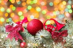 Nastri rossi su un albero di Natale Fotografia Stock