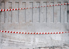 Nastri a strisce rossi e bianchi sul muro di cemento immagini stock libere da diritti