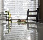 Nastri sulla tavola contro una finestra Fotografia Stock