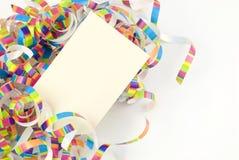 Nastri variopinti del partito con la modifica in bianco del regalo Fotografia Stock