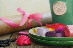 Nastri variopinti e carta da imballaggio per il floristics e la decorazione Immagini Stock