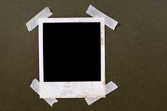 Nastro appiccicoso della struttura della stampa della foto dello spazio in bianco di stile della polaroid macchiato vecchia annat fotografie stock libere da diritti