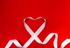 Nastro bianco del cuore e San Valentino felice immagini stock libere da diritti