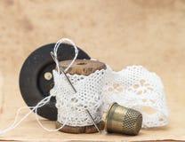 Nastro bianco del pizzo, ferita su una bobina di legno con Fotografia Stock Libera da Diritti