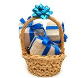 Nastro blu avvolto regalo Fotografia Stock