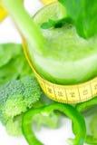 Nastro, broccoli, pepe, sedano e succo di misurazione del sedano Immagini Stock