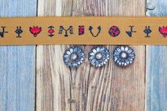 Nastro d'annata con gli ornamenti ricamati ed i vecchi bottoni Fotografie Stock Libere da Diritti