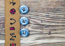 Nastro d'annata con gli ornamenti ricamati ed il vecchio bottone tre Fotografie Stock Libere da Diritti