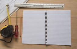 Nastro del libro e modelli e righello di misurazione Concetto di ingegneria ed architettonico dell'alloggio Fotografia Stock