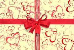 Nastro del regalo con un arco su giallo Immagine Stock