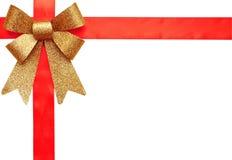 Nastro del regalo ed arco rossi dell'oro Fotografia Stock Libera da Diritti