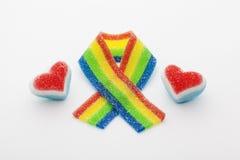Nastro dell'arcobaleno con due cuori fatti della caramella Fotografia Stock Libera da Diritti